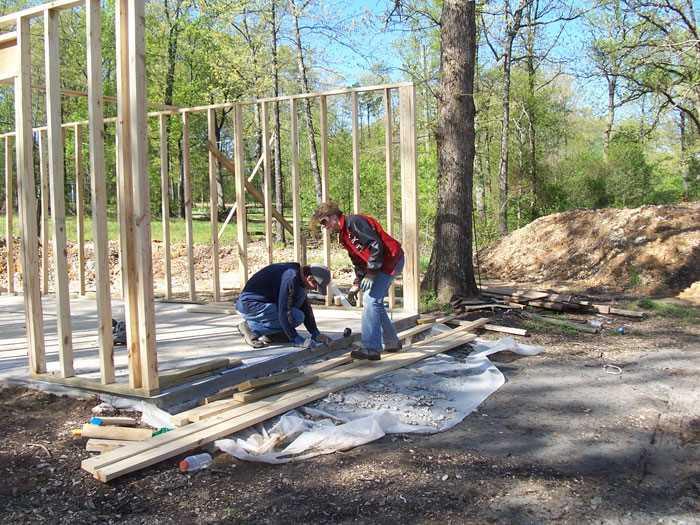 Мать-одиночка построила дом для 4-х своих детей, используя только руководства из YouTube