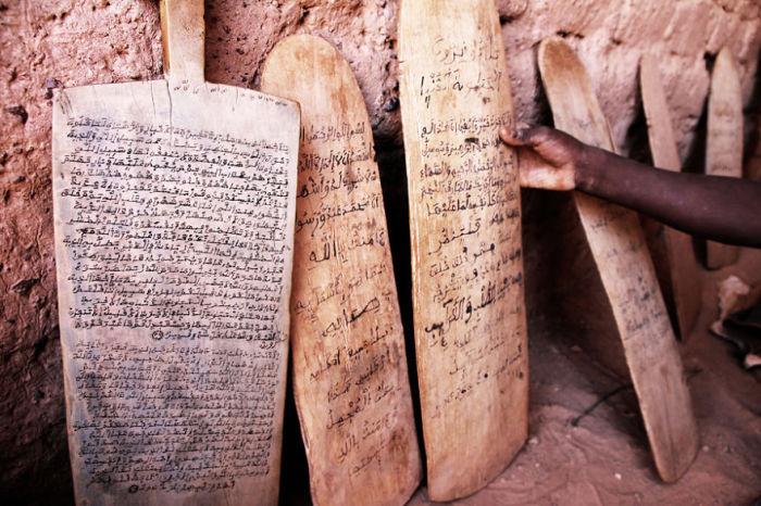 Глиняные таблички, испещренные знаками, расположены в городе Бенин в Африке.