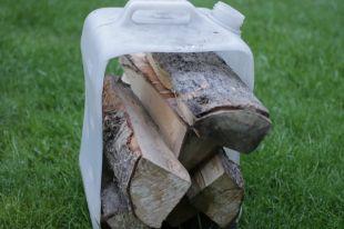 Как сделать переноску для дров из старой канистры?