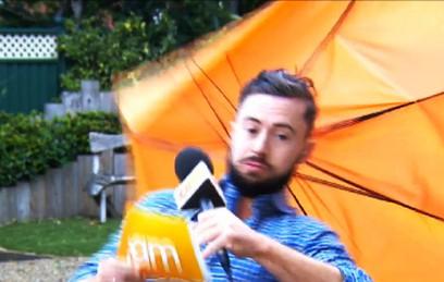 Телеведущего унесло из кадра порывом ветра. Видео