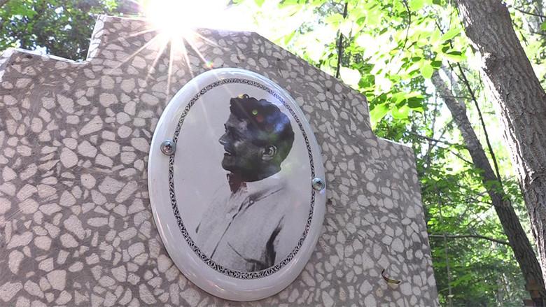 Странности на омском кладбище: Нашли могилу с портретом Карлоса Кастанеды