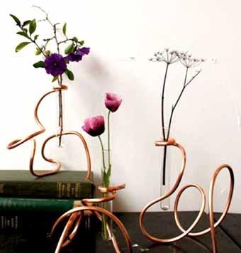 настольная цветочная композиция из цветов и проволки
