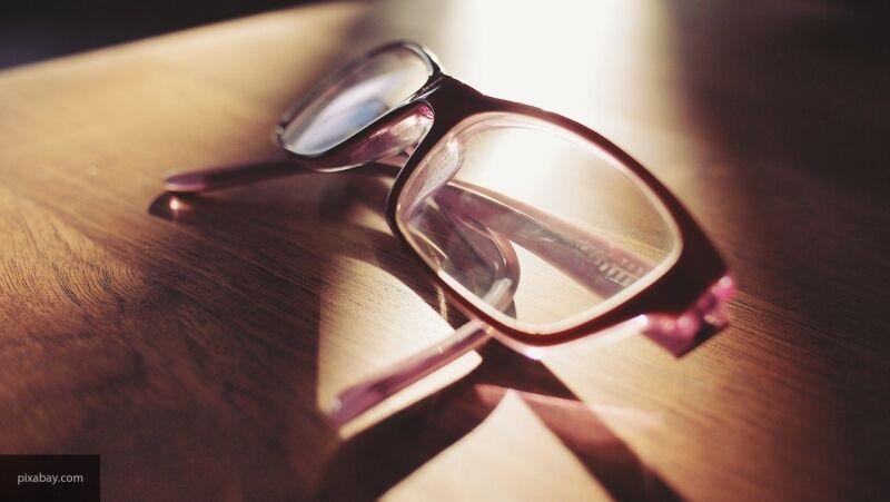 Семейный врач объяснил, как очки могут защитить от заражения коронавирусом