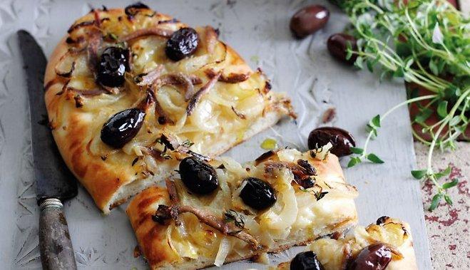 Pica ar sīpoliem un olīvām