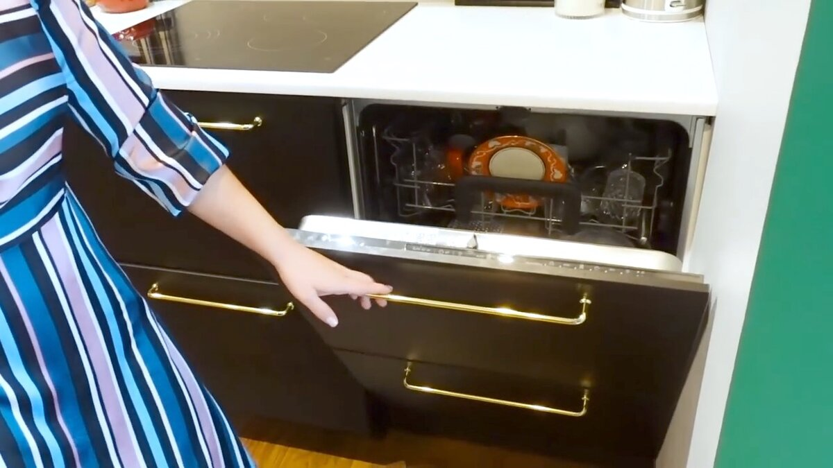 Фасад посудомоечной машины выполнен по тому же принципу