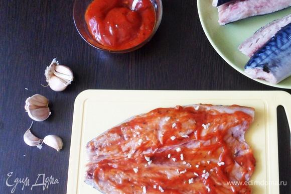 Смазать филе с двух сторон маринадом. Изнутри посыпать мелко нарезанным чесноком.