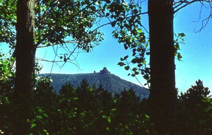 На вершине горы возвышается монастырь святого Креста.