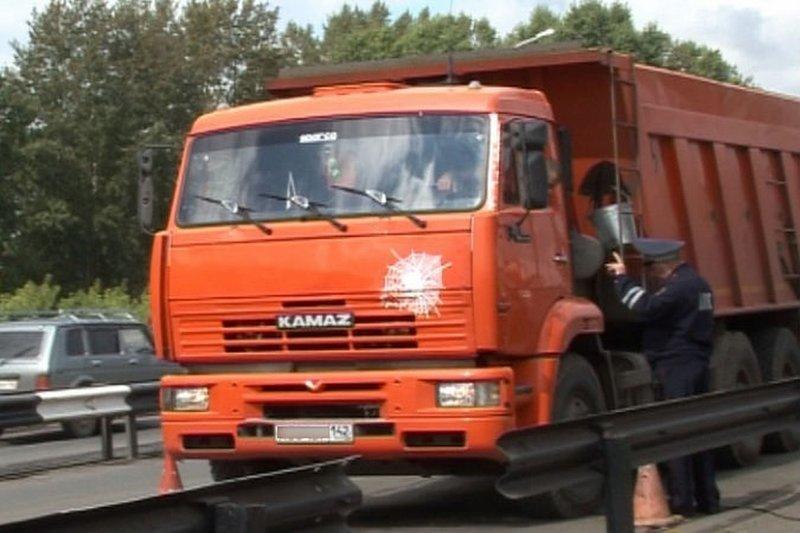 Обиделся: водитель КамАЗа закопал машину остановившего его инспектора