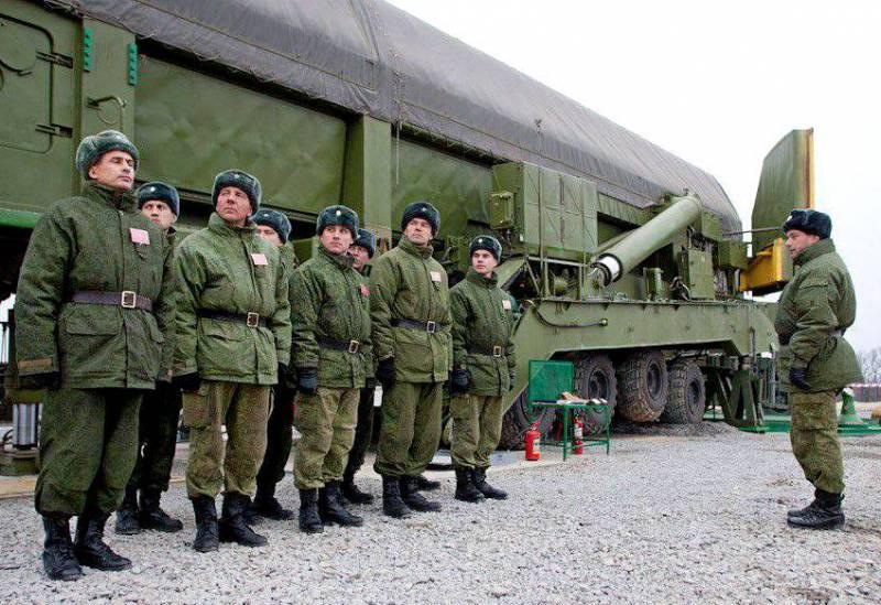 """Загрузка ракеты комплекса """"Ярс"""" в шахту"""