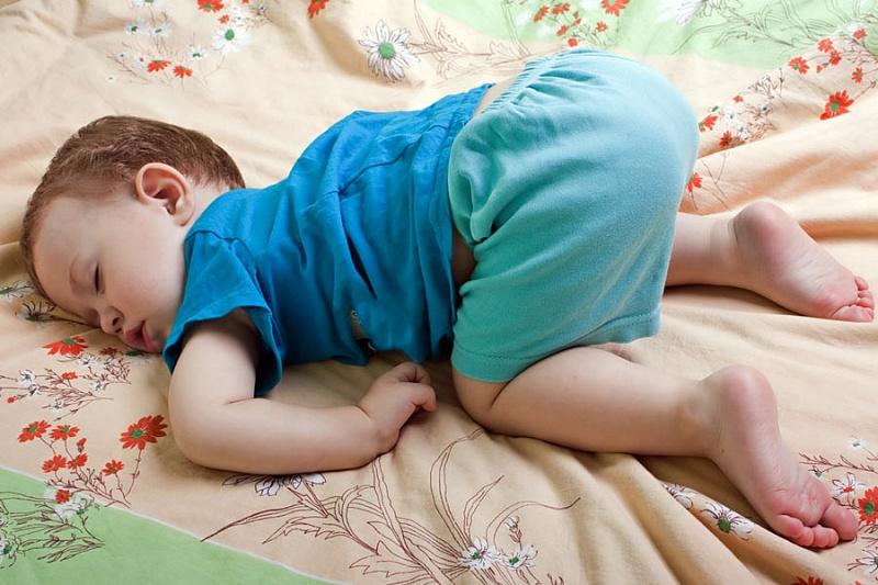 летнего времени ребенок первый раз уснул на животе пробовал