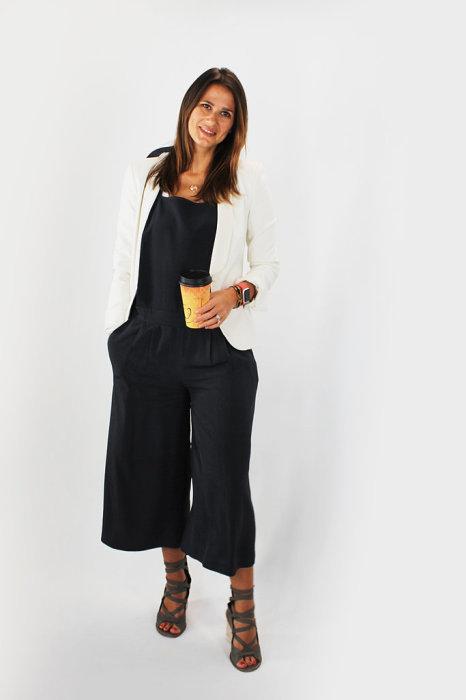 Черный комбинезон и белый пиджак - наряд, подобранный мужем Анны в первый день рабочей недели.