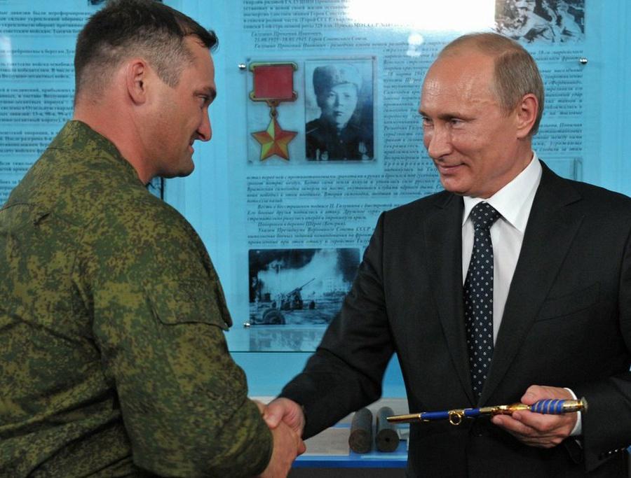 Десантник: Полковник, подаривший В.Путину кортик, стал фигурантом уголовного дела