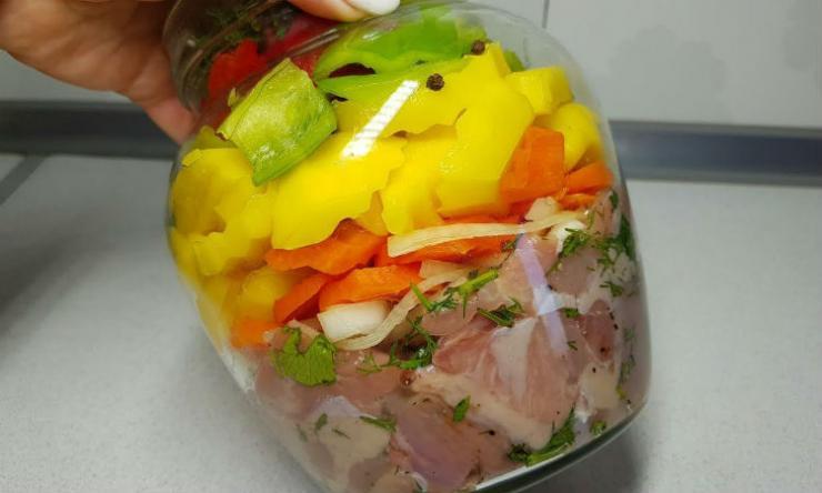 Кладем 500 грамм мяса и картошку в банку и ставим в духовку