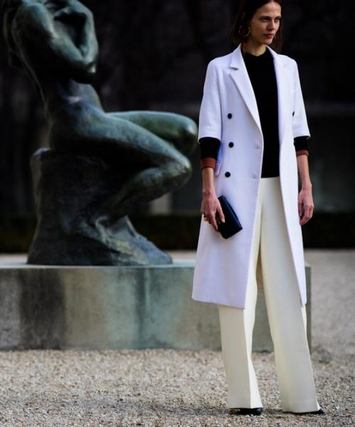 белое пальто с белыми брюками париж