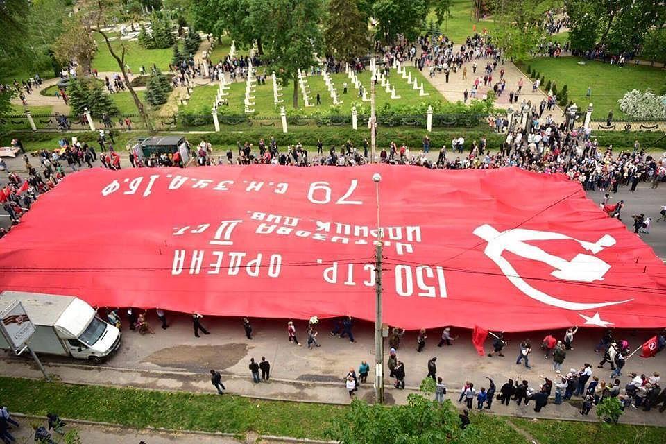 Такого мир еще не видел: В Молдове развернули самое большое Знамя Победы