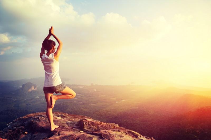 асаны йоги стоя