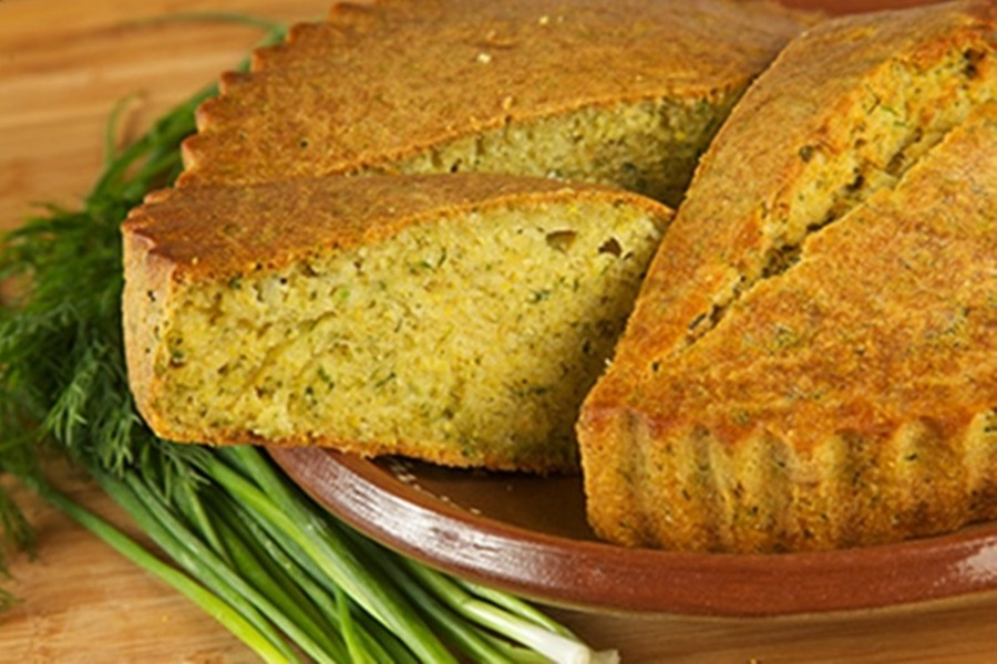 Луковый пирог из кукурузной муки