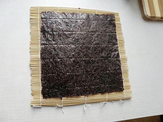 кладем лист нори  матовой стороной вверх