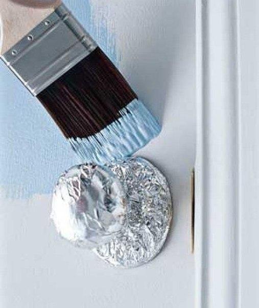 Полезный совет при ремонте - фольгой покрыть дверную ручку, это позволит защитить ее при ремонте от краски. Хотя конечно же снять - проще)