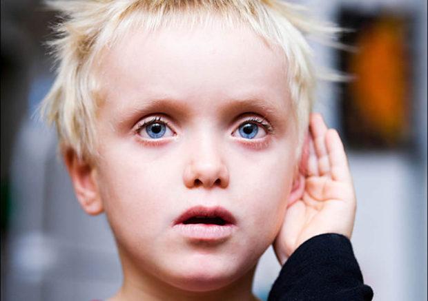 Закрывание ушей - особенность аутистов