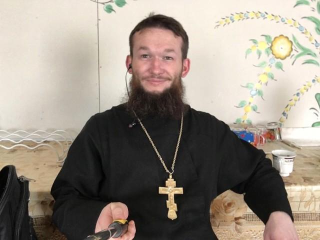 Российский поп требует от прихожан полного материального обеспечения,  взамен он помолится о здравии жертвующих