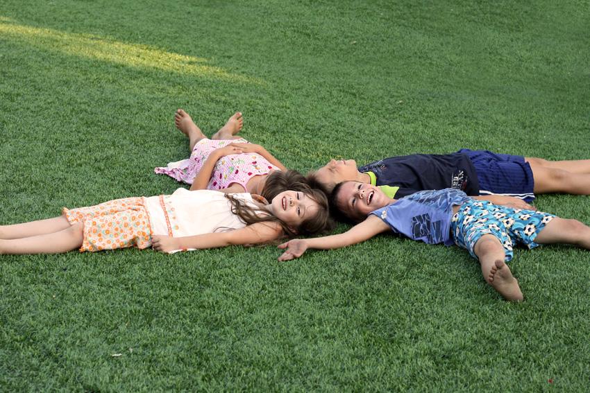 дети лежат на траве и смеются - Дети - Красивые картинки, фото - Галерея картинок - Галерейка