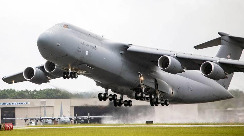 Снова лёг на полосу: авария американского военного транспортника C-5
