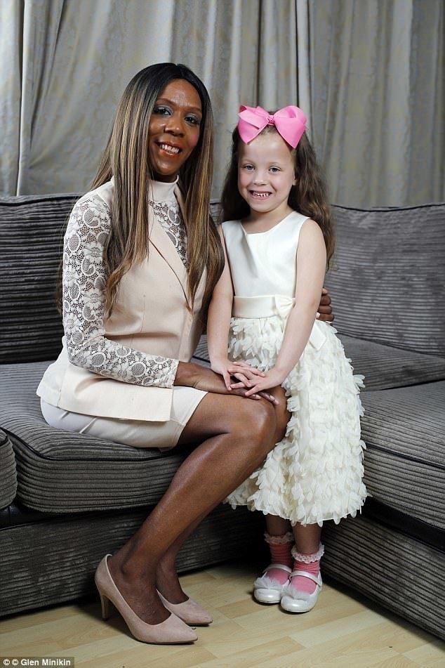 «Я спросила акушерку, моя ли это дочь»: у темнокожей женщины родилась белая девочка