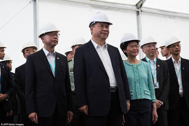 Председатель КНР Си Цзиньпин и глава Гонконга Кэрри Лэм во время осмотра моста, 1 июля гонконг, длина, китай, море, мост, путь, рекорд, строительство