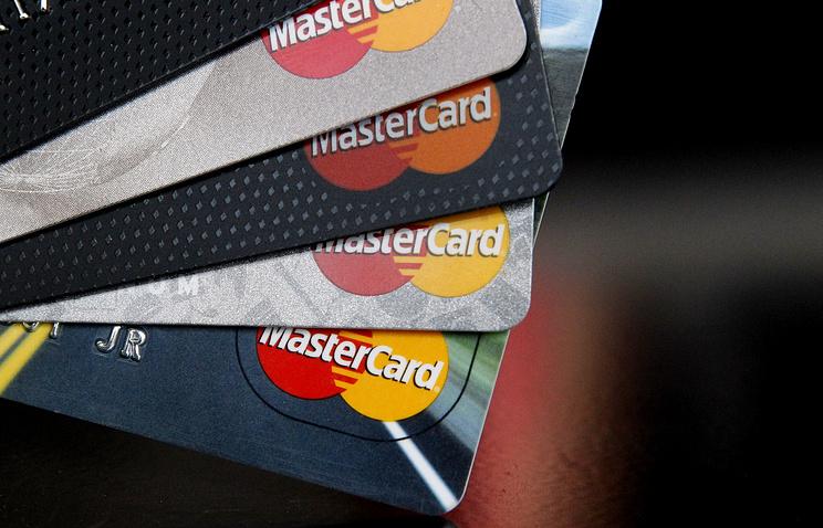 Mastercard и российские банки тестируют систему снятия наличных в кассах магазинов
