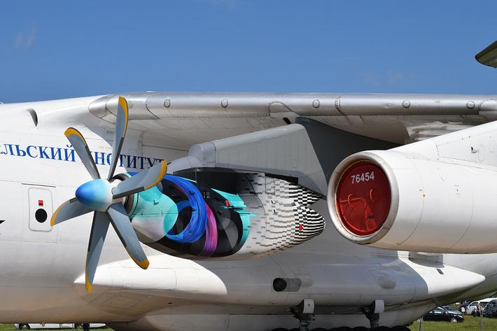 Турбовинтовой двигатель ТВ7-117СТ под крылом летающей лаборатории Ил-76ЛЛ