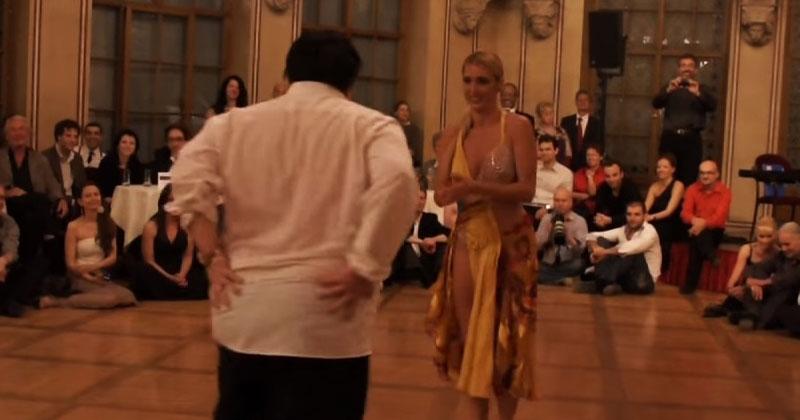 Публика не понимала, зачем эта красотка привела толстуна на сцену. Но посмотрите, что происходит с 00:15!