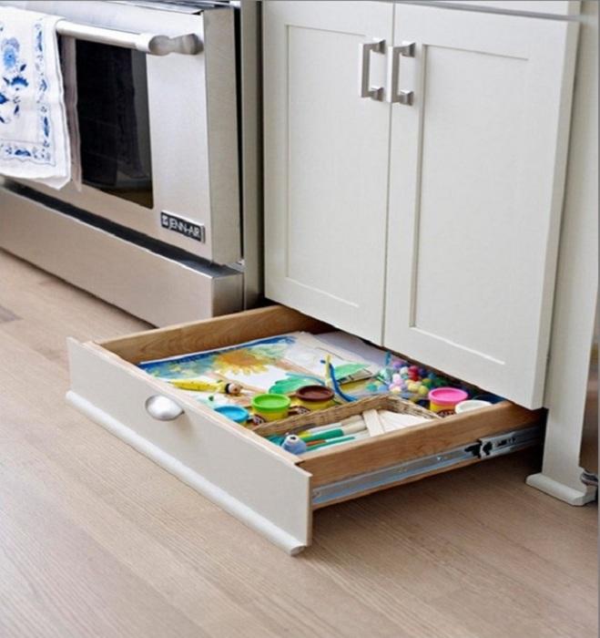 Пока вы заняты приготовлением пищи, ребенок спокойно достанет из своего ящика альбом и краски и займется рисованием.