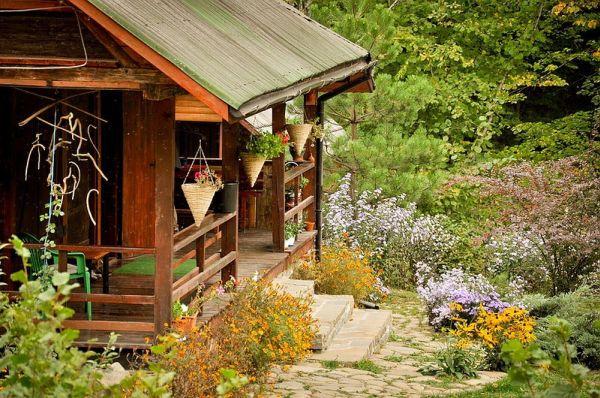 К дому ведёт мощёная дорожка, окружённая цветами