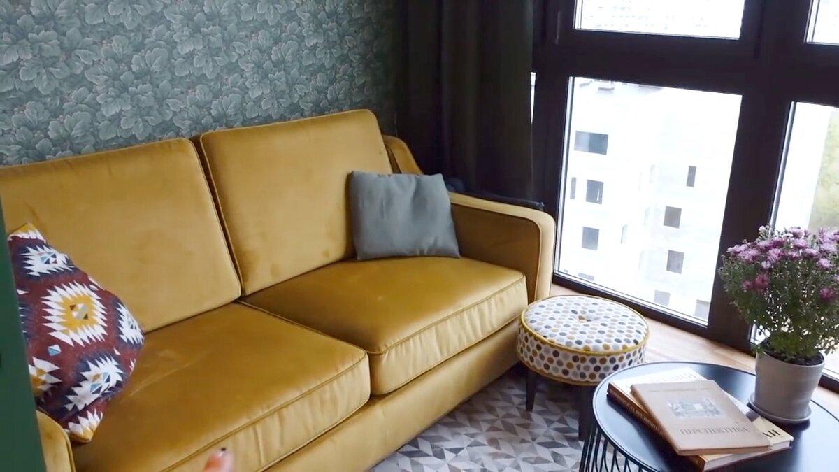 Желтый диван отлично вписывается в интерьер балкона