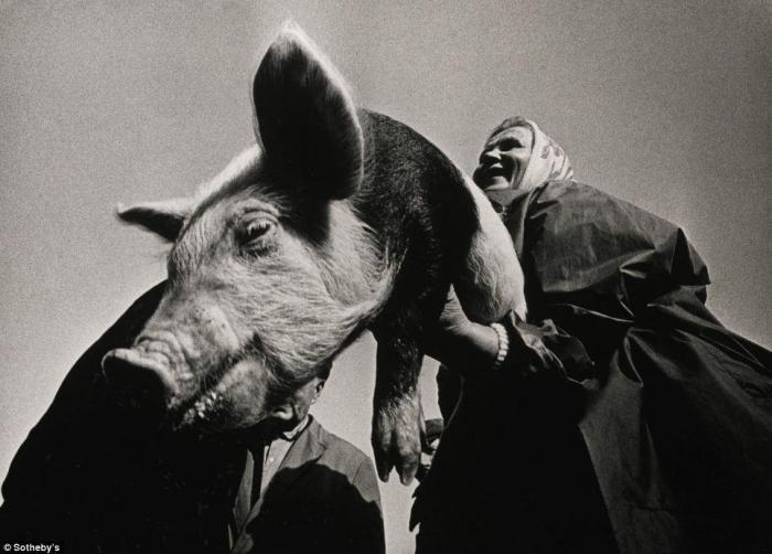 Фотограф Александрас Мацияускас путешествовал в отдаленные деревушки страны, чтобы запечатлеть повседневную жизнь ее жителей. Снимок продан в лоте из трех работ за 4 тысячи фунтов стерлингов.