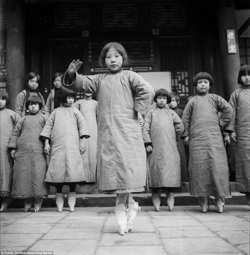 Девочки репетируют оперу в театральной школе в Пекине Цин, китай, фотография, эпоха