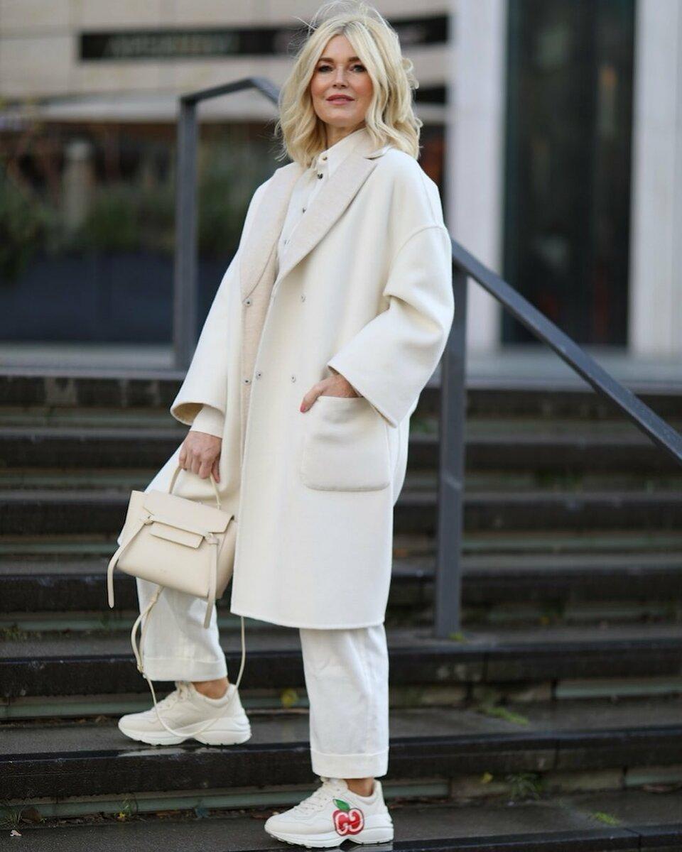 Модный блогер в светлом пальто. /Фото: ladyline.me