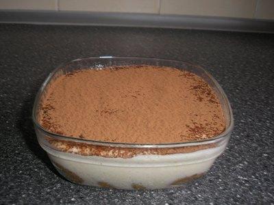 Перед подачей тирамису посыпьте какао-порошком.