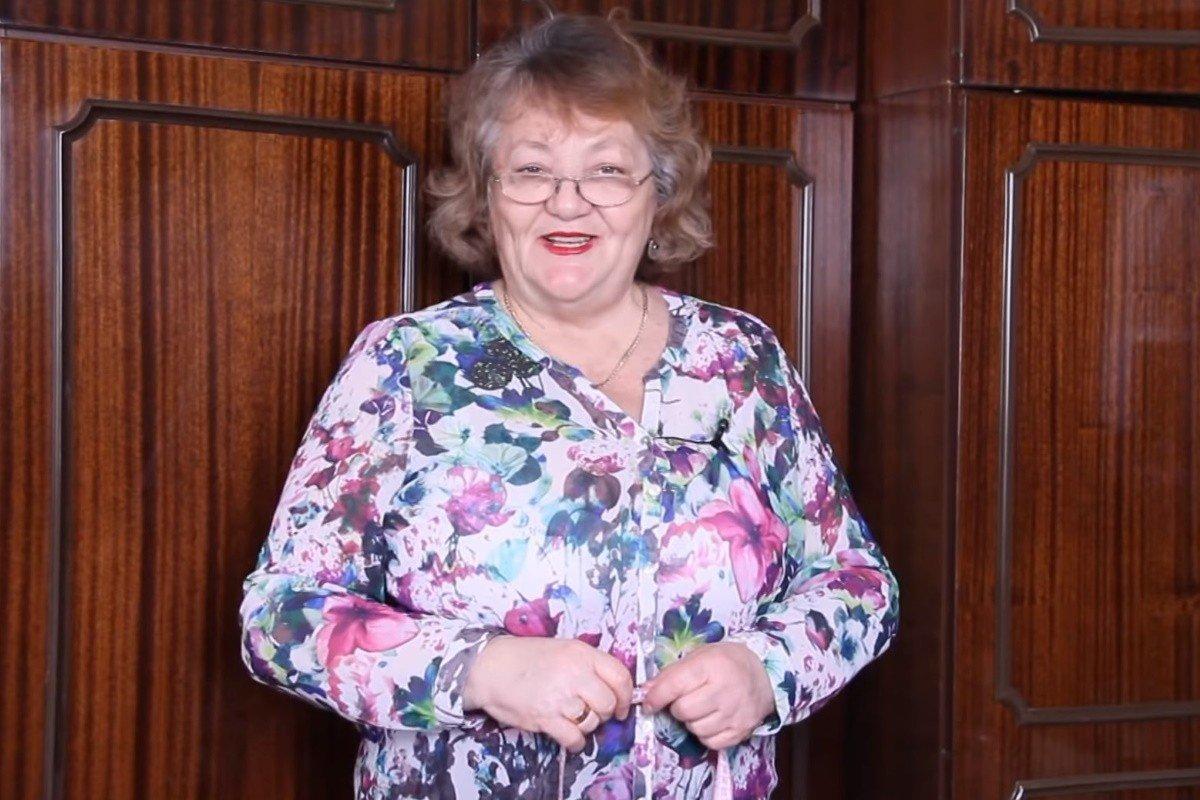 Как у пенсионерки Ольги Папсуевой получаются красивые платья из старых ненужных платков