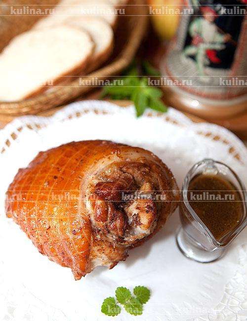 Готовую рульку нарезать на куски и подать к столу вместе с соусом, образовавшимся в кастрюле. Приятного аппетита!