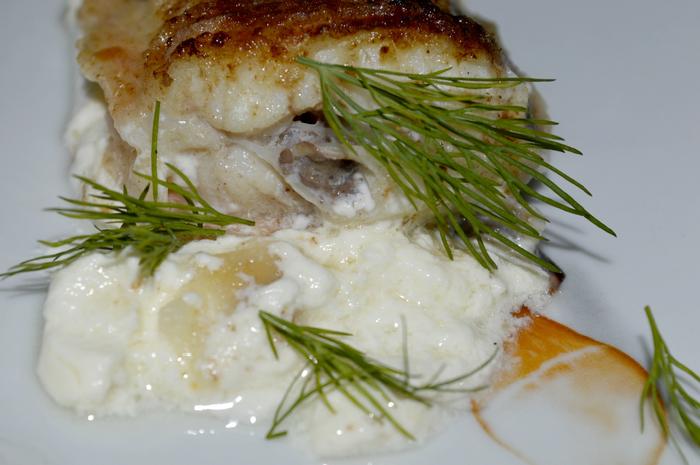 Креветочная рыба конгрио в сметанном соусе.