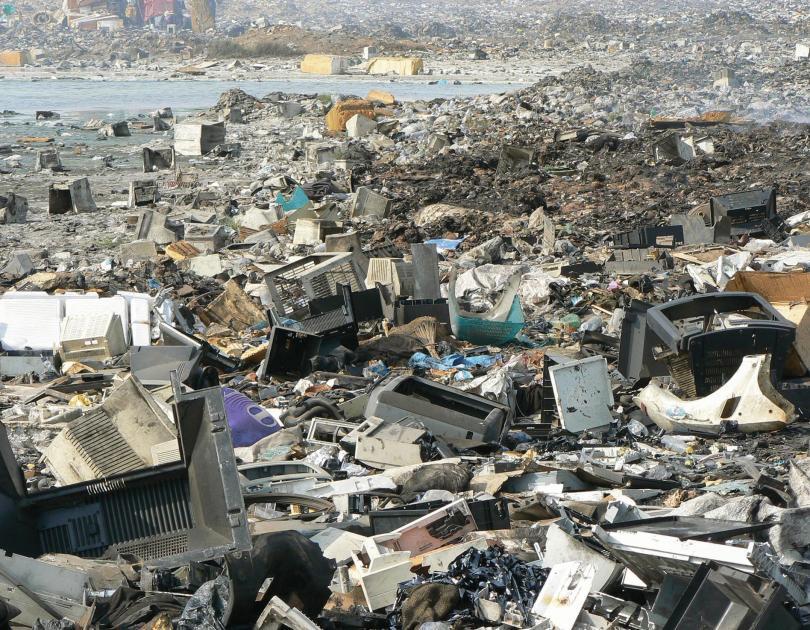 Как Европа засыпает мусором один из крупнейших городов Африки