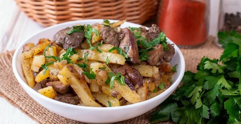 Печень с картошкой на сковороде: сытный и недорогой обед для всей семьи