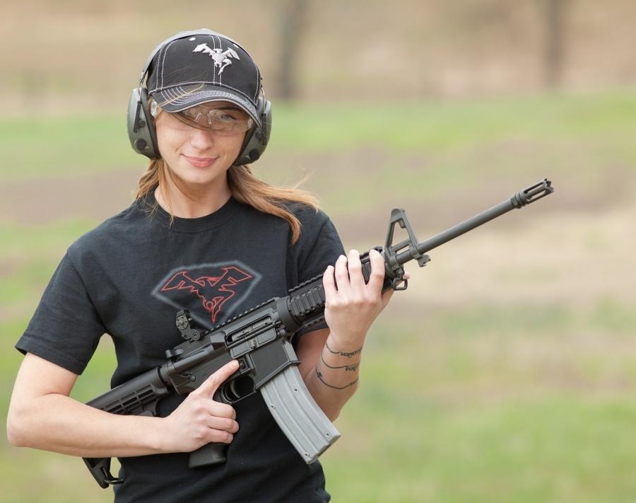Что выбрать женщине для самообороны, AR-15 или дробовик? Видео