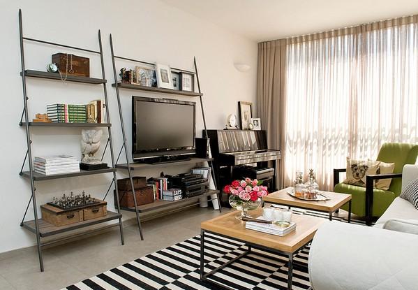 черно-белый полосатый ковер в гостиной