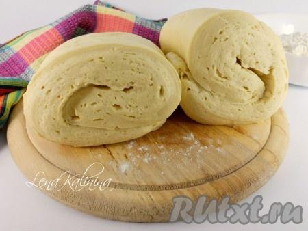 Для заморозки - это замечательное быстрое слоеное дрожжевое тесто раскатать в пласты, сложить вдвое или вчетверо, завернуть в пищевую пленку и поместить в морозилку.