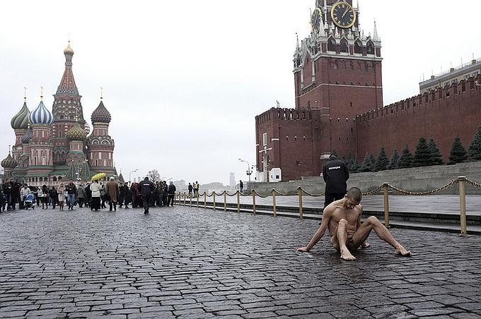 «Художник» Павленский, прибивавший мошонку на Красной площади, подозревается в сексуальном насилии и бежал из России