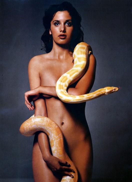 В образе Евы. Известные женщины со змеями