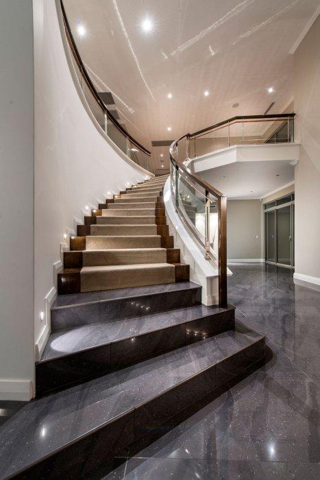Традиционная лестница на второй этаж, изюминкой которой стала идеально подобранная цветовая гамма.